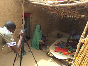 "Filming the community video ""A Good Start to Exclusive Breastfeeding"" in the village of Halbawa Salifou in Guidan Roumdji, Maradi, Niger Photo credit: Peggy Koniz-Booher, SPRING"