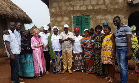 To learn more about the supportive supervision component of the community video approach, the EAIN and SPRING/Sierra Leone team split up into two groups to accompany SPRING/Guinea staff and volunteer community video workers on site visit. This group visited Niala.