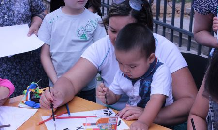 A mother and her child taking part in the drawing contest.