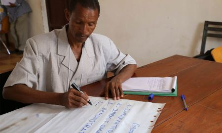 Dr. Mamadou Alpha Balde, Research Professor at ISAV, works on a script during the production training.