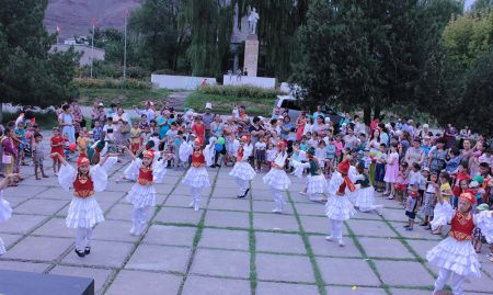 "Local dance group ""Jash Kiyal"" performs traditional dances as part of a SPRING World Breastfeeding Week event."