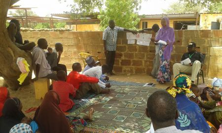 SPRING and Digital Green facilitators explain one video scenario in El Kolta village in the Maradi region.