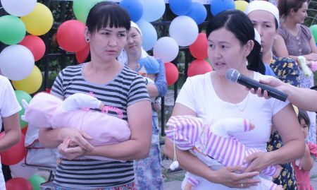 Participants in the World Breastfeeding Week event take part in a quiz about optimal feeding practices.