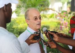 SPRING/Senegal Chief of Party Bob de Wolfe speaks to journalists about the achievements of the project during the Kaolack close-out ceremony.