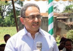 Manohar Shenoy, SPRING/Uganda Chief of Party, addresses members of the community