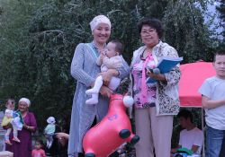 A mother in Kara Kul takes part in a contest for songs about mothers and children.