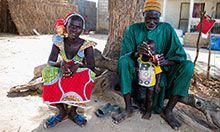 Abdou Dramé, chef de village, entrain de donner à manger à son fils en compagnie de son épouse, Ndèye Sakho. Thiaré (Kaolack)